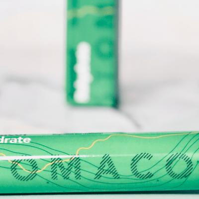 Stomacol Rehydrate förpackning som ligger på ett bord. Vätskeersättning och för att stärka immunförsvaret.