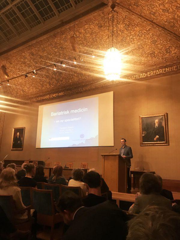 Kirurg Torsten Olbers på scenen och föreläser på Obesitasdagen