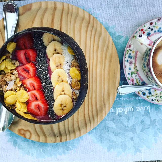acai bowl med banan, jordgubbar, chiafrön, kokos, granola