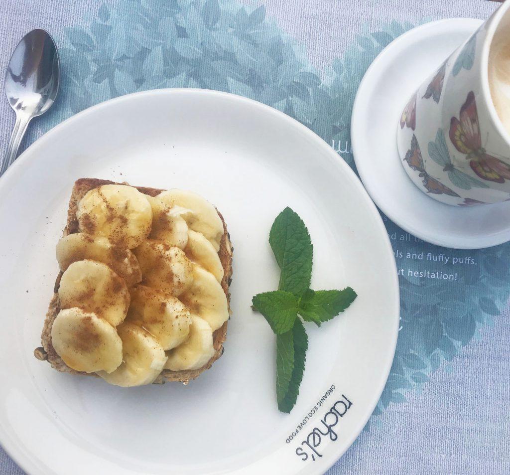 Rostat bröd med mandelsmör och banan