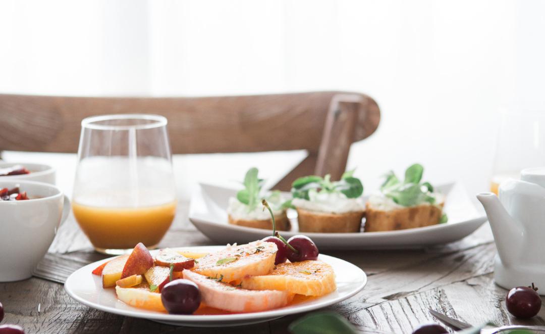 Frukost bord med juice frukt med mera