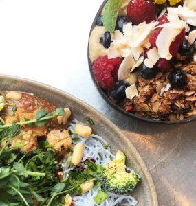 Bild på en tallrik med glasnudlar och grönsaker och en skål med acaii bowl med granola och bär