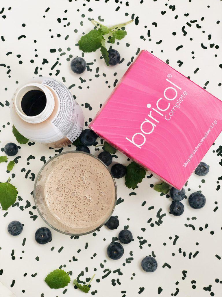 Rosa förpackning baricol complete pulver ett glas med proteindryck för överviktsopererade