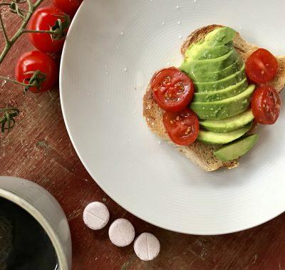 Tre Baricol tuggtabletter till avocadosmörgås och kaffe