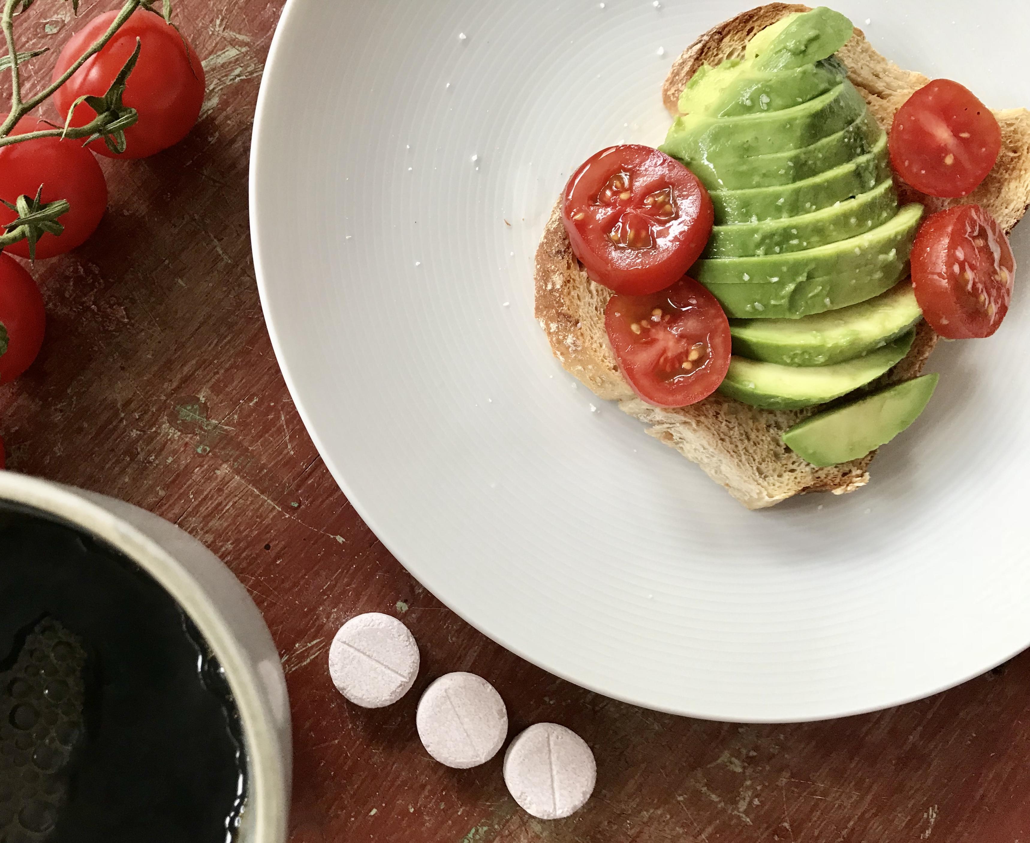 Tre barico tuggtabletter avokado toast kaffe och tomater