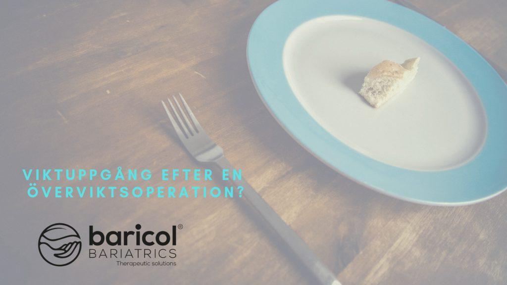 Vit tallrik med blå kant med en liten brödbit på kniv och gaffel