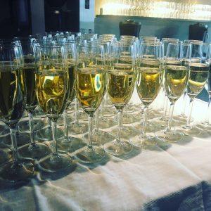 Bord med många glas champagne