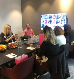 Magnus på Baricol föreläser för levdittliv bloggare runt ett bord med tv-skärm