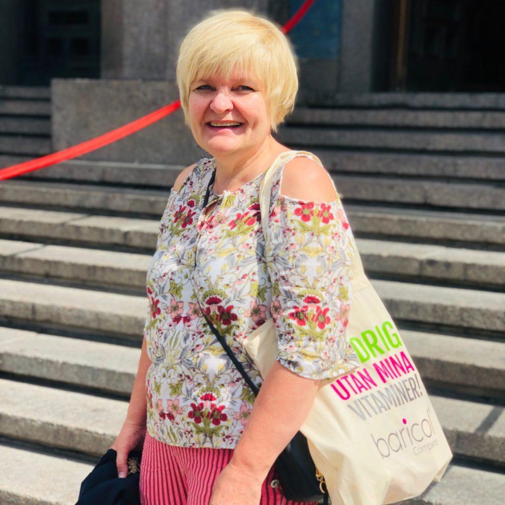 Tania Baricolkund med väskan aldeigutanminavitaminer