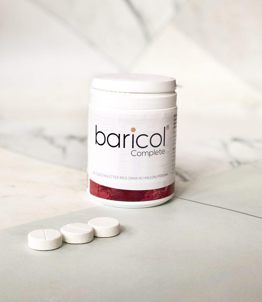 Baricol complete tuggtablett jordgubb på marmorbord med tre tuggtabletter framför