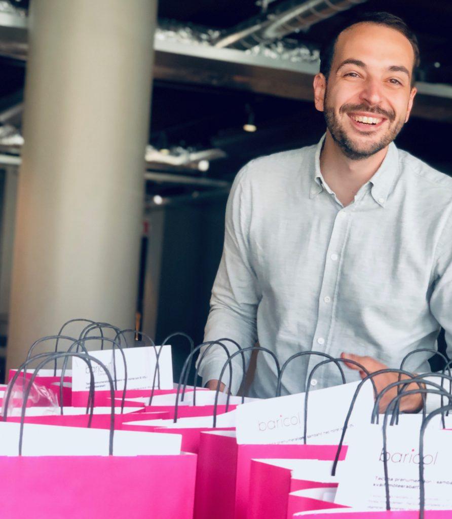 Glad man står bakom rosa papperspåsar