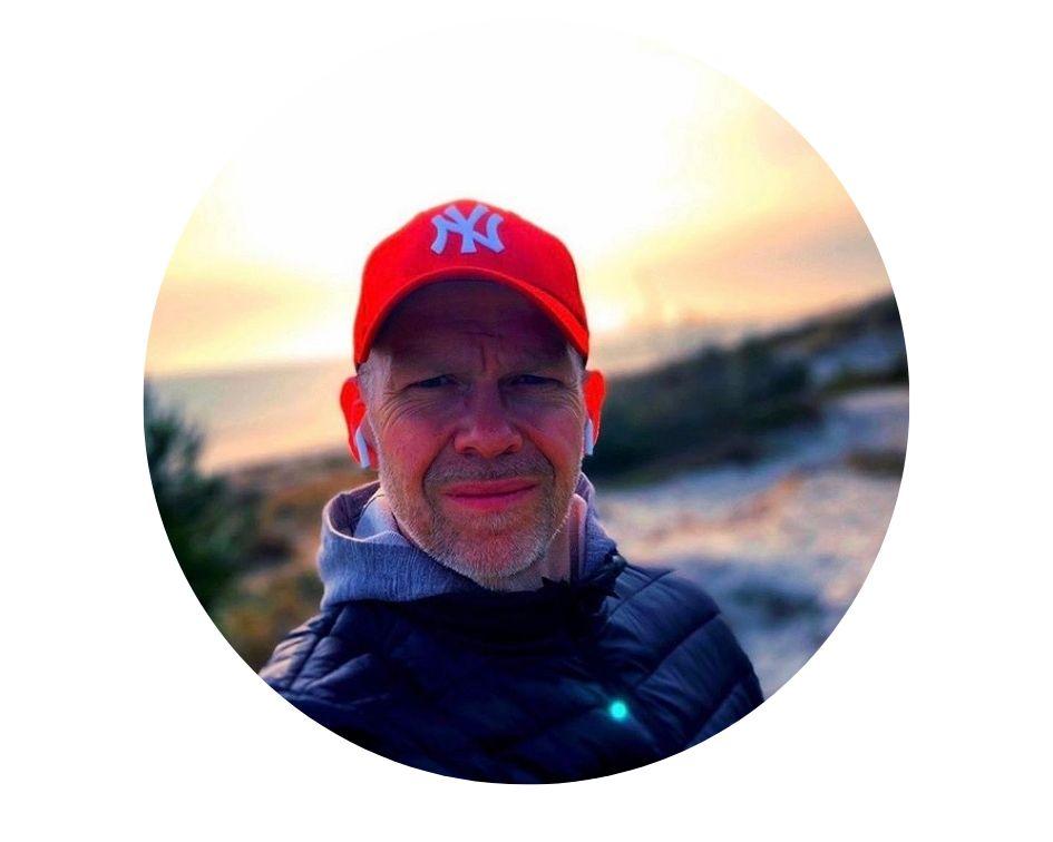 selfie på man i rosa keps på strand i soledgången