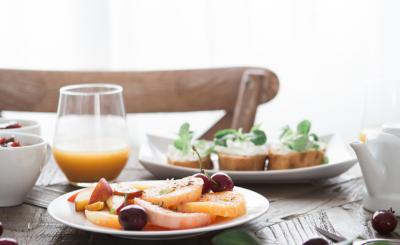 Frukostbord med juice och fruktsallad