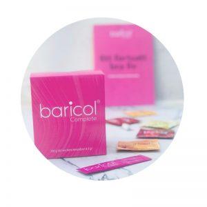 rund bild på baricol complete pulver ask i rosa, med prover på baricol i bakgrunden