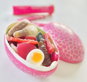 rosa påskägg med godis