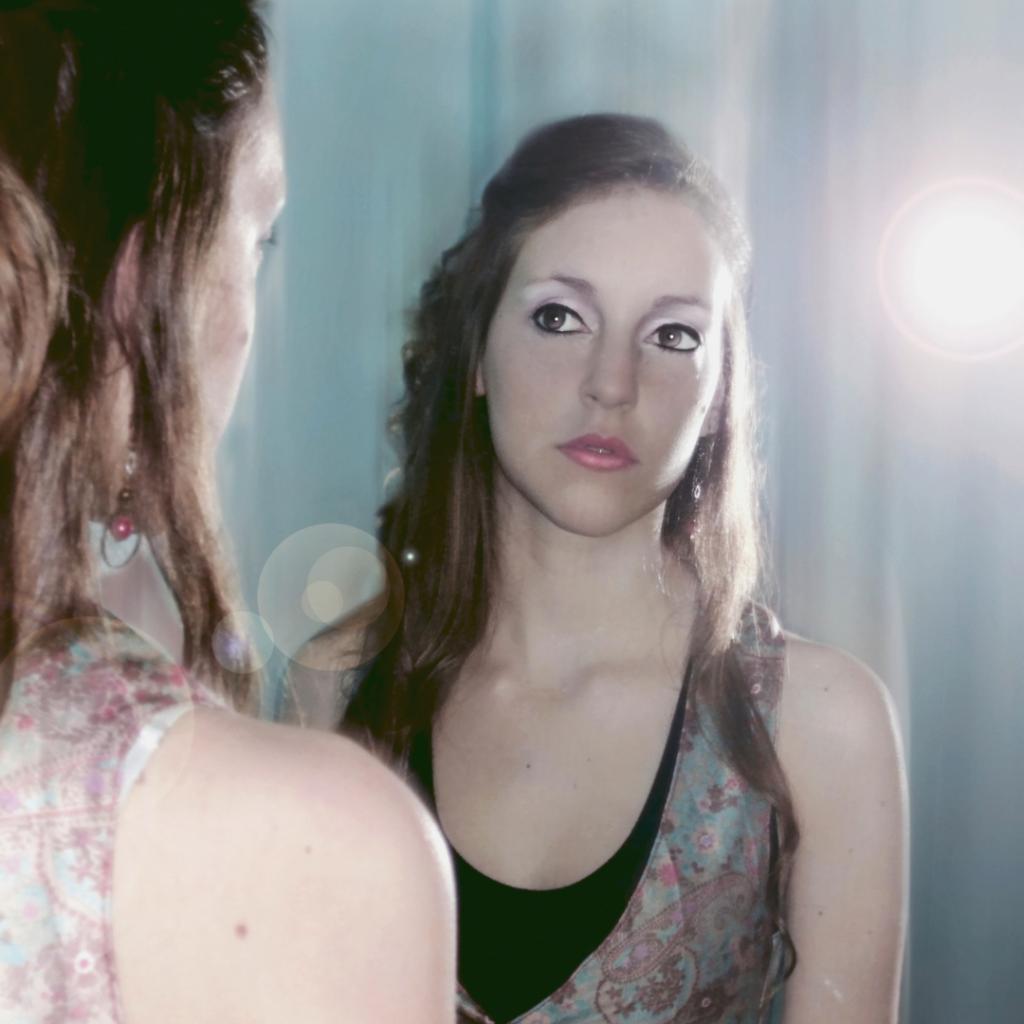 Kvinna tittar sig i spegeln