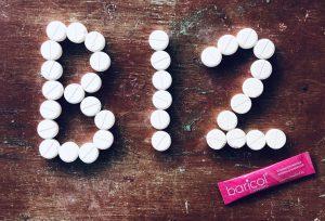 Vitamintabletter utlagda på bord formaterade som B12