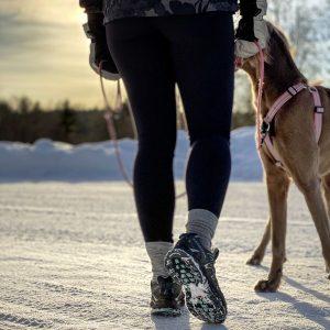 Motion benhälsa gastric sleeve kvinna promenerar med hund