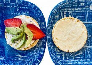 Riskaka med smör och riskaka med keso och avokado på blåa tallrikar